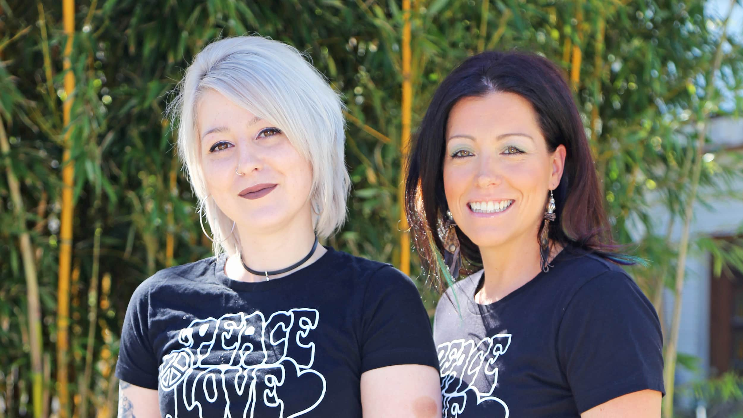 Team Aloha Hair Außenansicht: Friseurmeisterin und Inhaberin des Salons Frau Sandra Hofsäß mit Ihrer Mitarbeiterin